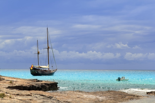 Pirati ispirati alla barca a vela in legno turchese ancorato