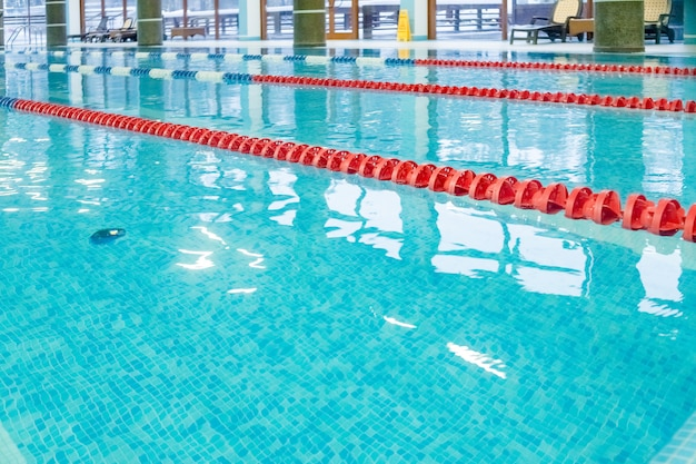 Piscina con pista da corsa, corsie rosse. piscina vuota senza persone