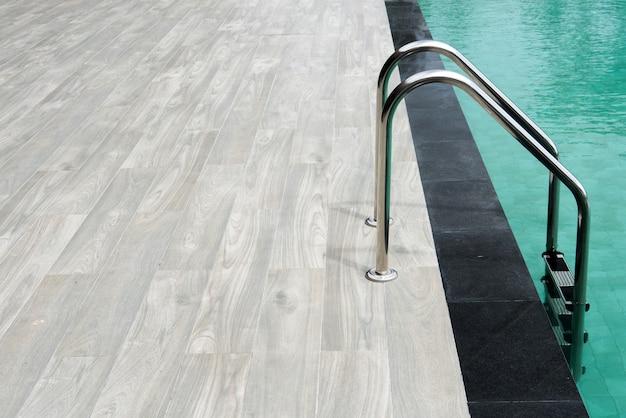 Piscina con scale e pavimento in legno.