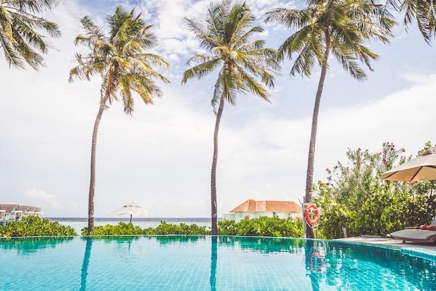 Piscina con spiaggia del mare alle maldive