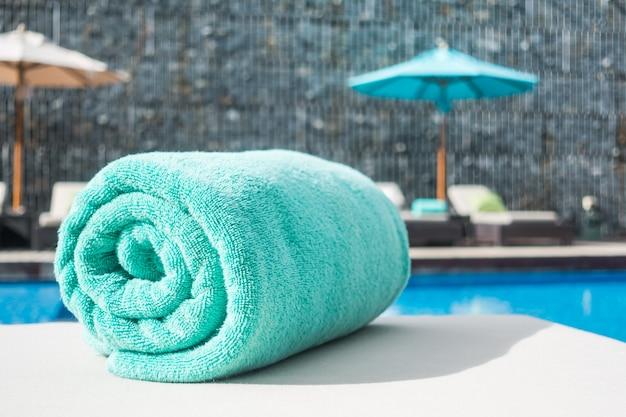 Piscina di lusso blu all'aperto a bordo piscina