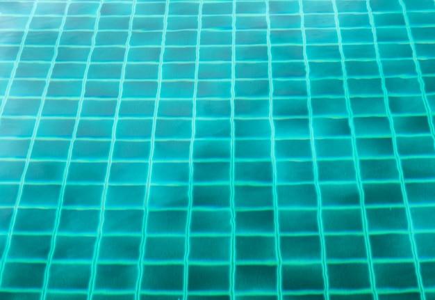 Piscina di superficie trasparente color smeraldo