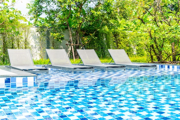 Piscina letto con piscina esterna in hotel e resort