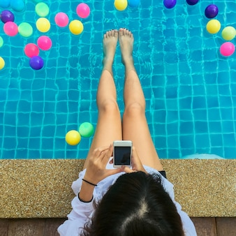 Piscina turista piscina vacanza sorridendo felice