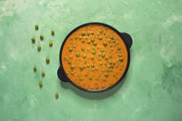Piselli al forno in salsa di curry. piatto indiano.