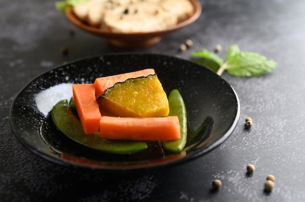 Piselli, carote e zucche sul piatto