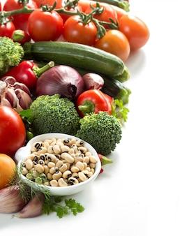 Piselli e bordo eyed neri delle verdure isolati sulla fine di bianco in su