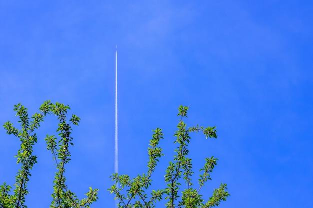 Pista bianca da un aeroplano in un cielo blu. passeggeri aerei e servizi di trasporto. viaggiare in aereo