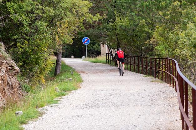 Pista ciclabile del ciclista di mountain bike