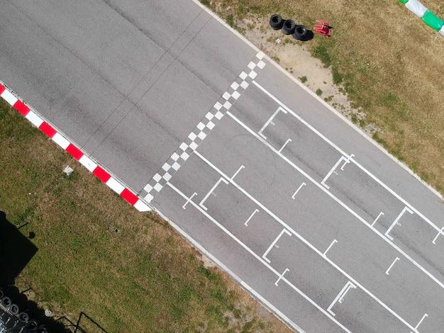 Pista da corsa con linea di partenza o di arrivo, vista aerea