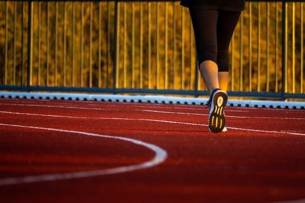 Pista da corsa rossa con i piedi del corridore