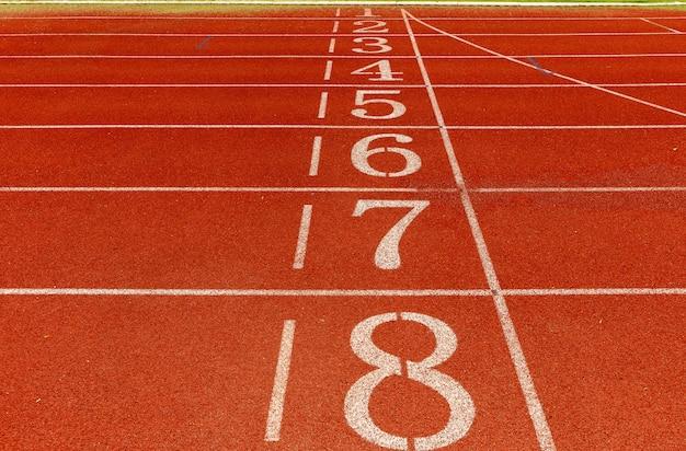 Pista di atletica con numero, concetto di partenza.