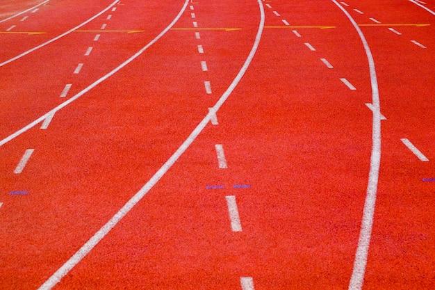 Pista di atletica del primo piano con le linee della curva e del un poco
