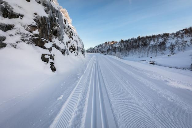 Piste da sci appena preparate in montagna a setesdal, norvegia