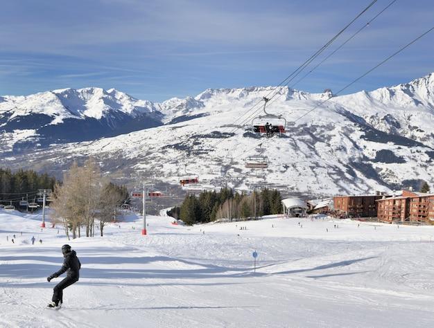 Piste da sci nella località delle alpi francesi