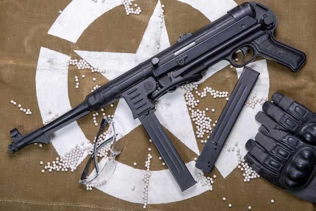 Pistola ad aria compressa con occhiali protettivi e molti proiettili