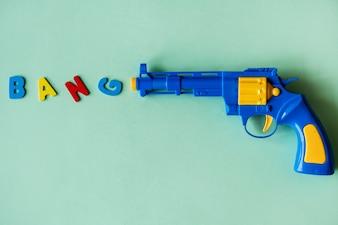 Pistola giocattolo di plastica brillante e colorata