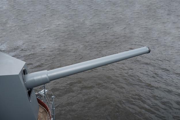 Pistola navale sull'acqua grigia.