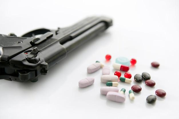 Pistola o pillole due opzioni per il suicidio, metafora