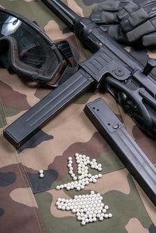 Pistola softair con occhiali protettivi e molti proiettili