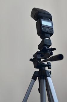 Pistola speedlight con set di trigger montato su treppiede