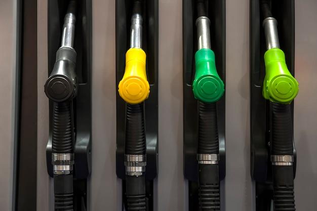 Pistole di benzina sul distributore di benzina
