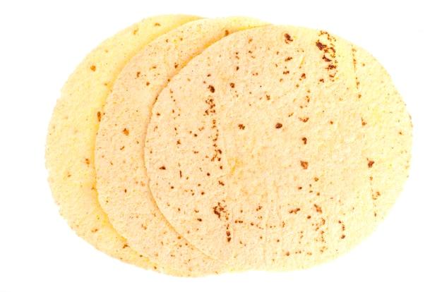 Pita rotonda per la cottura isolata su bianco