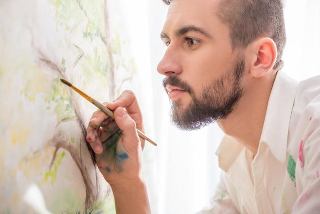 Pittore di grande talento sta dipingendo la sua foto.