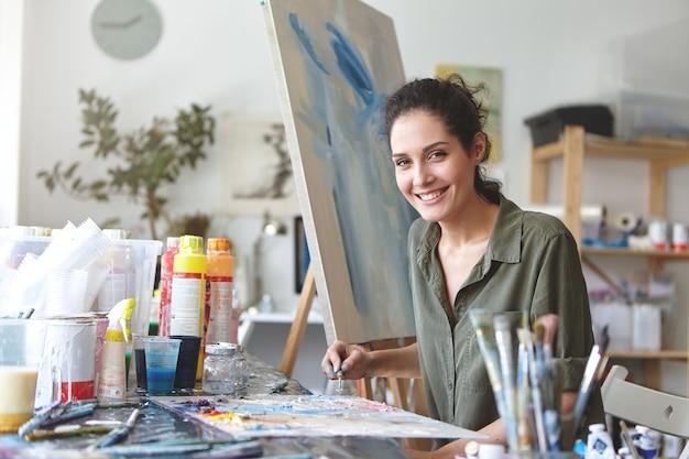 Pittore femminile nel suo studio d'arte