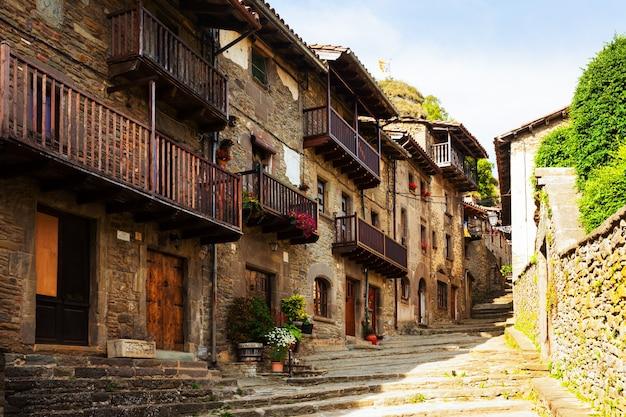 Pittoresca vista del vecchio villaggio catalano