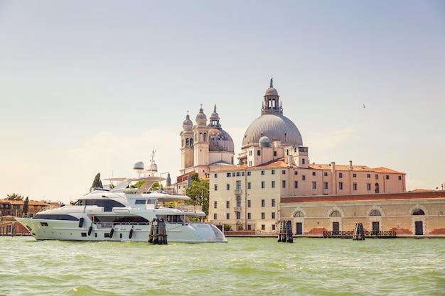 Pittoresca vista estiva di venezia con famosi canali d'acqua e colorati edifici storici.