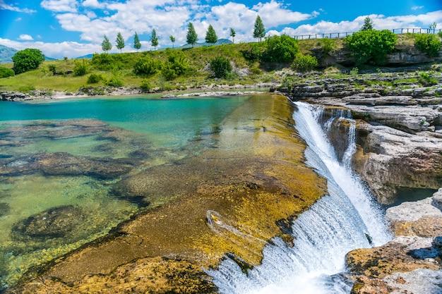 Pittoresche cascate del niagara sul fiume cievna. montenegro, vicino a podgorica.