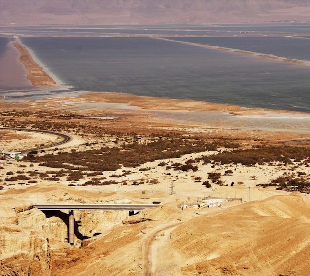 Pittoresche montagne antiche sul mar morto in israele