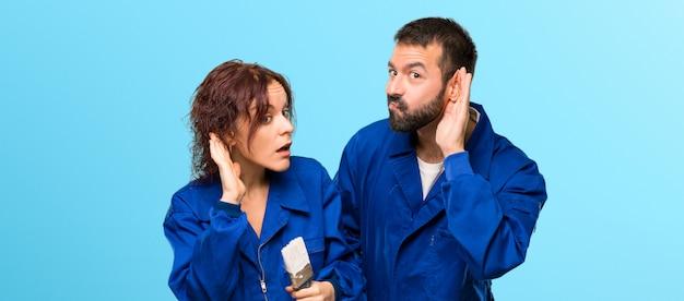 Pittori che ascoltano qualcosa mettendo la mano sull'orecchio su sfondo colorato