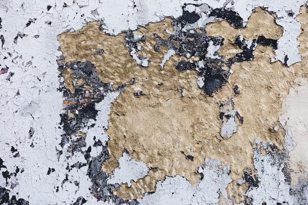 Pittura bianca grungy e fondo marrone del muro di cemento
