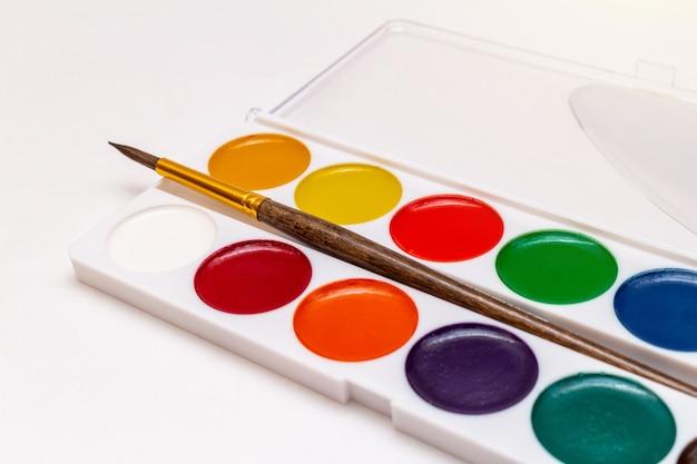 Pittura dell'acquerello con la spazzola sulla fine bianca del fondo su