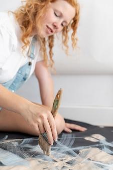 Pittura dell'artista del primo piano con la spazzola