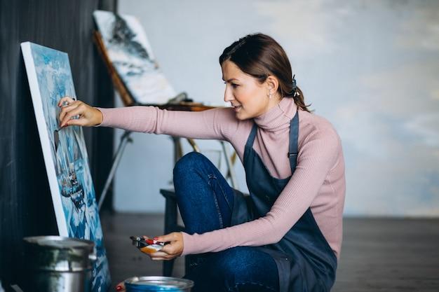 Pittura dell'artista femminile in studio