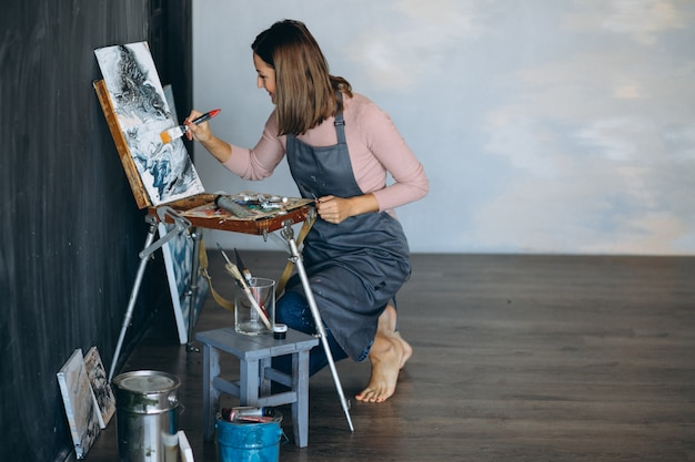 Pittura dell'artista in studio