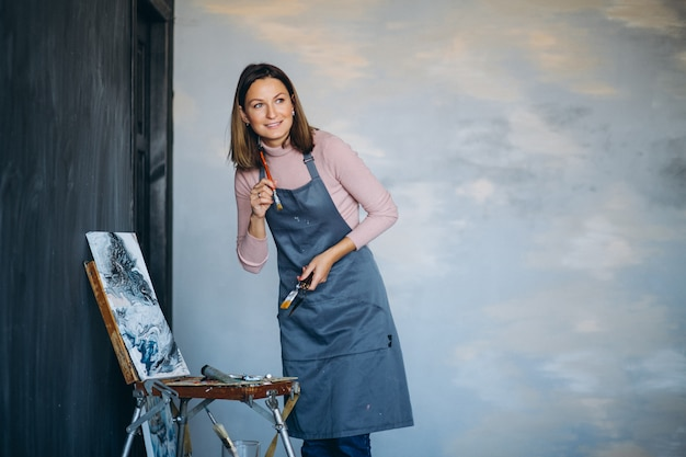 Pittura dell'artista in studio