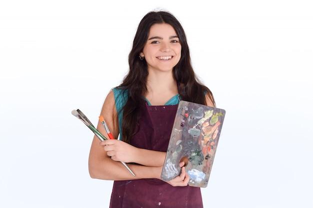 Pittura della giovane donna con la spazzola.