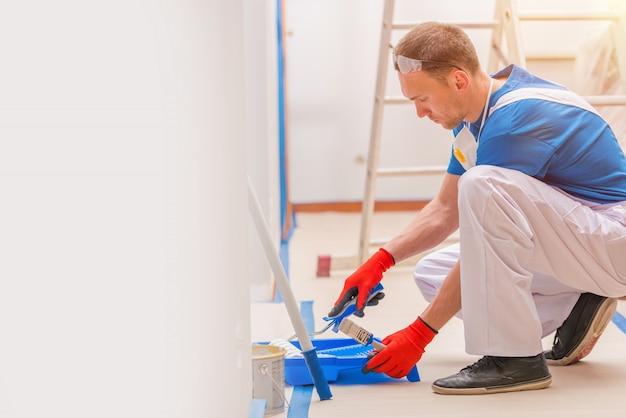Pittura delle pareti della casa