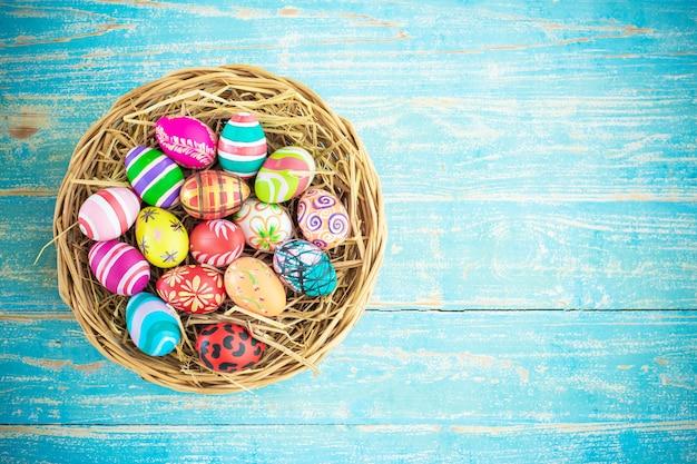Pittura delle uova di pasqua decorata sugli ambiti di provenienza