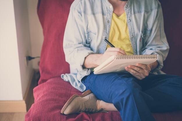 Pittura moderna dell'uomo bello dei pantaloni a vita bassa