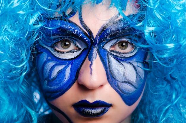 Pittura per il viso di donna con farfalla