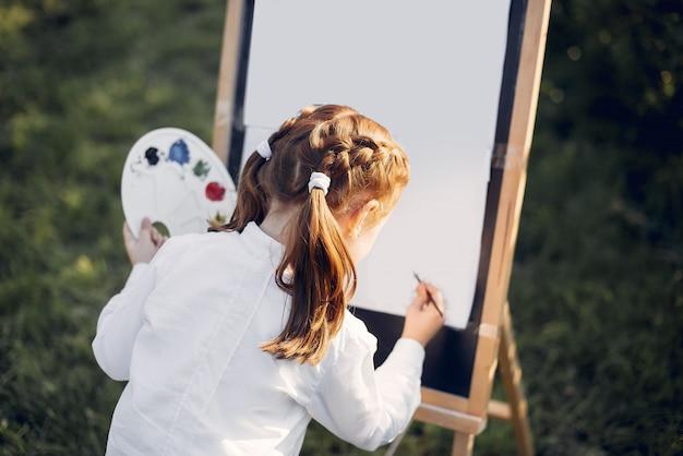 Pittura sveglia della bambina in un parco