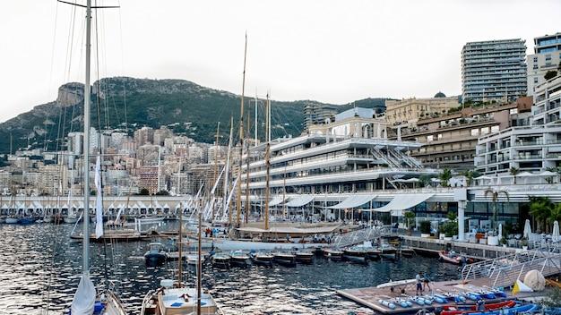 Più barche ormeggiate e yacht a monaco