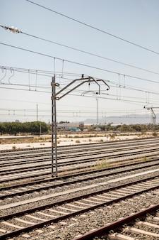 Più binari ferroviari in una giornata di sole