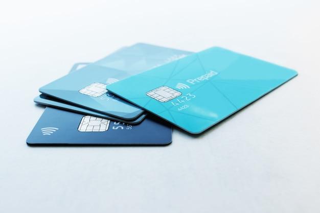 Più carte di credito messa a fuoco selettiva concetto - finanza, affari, pagamento senza contanti.