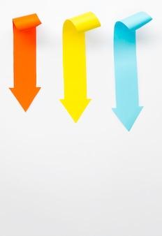 Più frecce colorate rivolte verso il basso